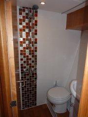 Geräumige Nasszelle vorn (beide WC`s elektrisch)